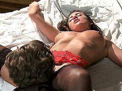 Lizz Tayler has some time to give some oral pleasure
