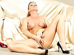 Silvia Saint to polish her pearl