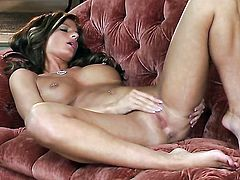 Daisy Lynn kills time rubbing her snatch