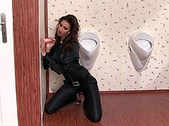 Vibrant solo model goes to appease her sexual emotions by the glory hole