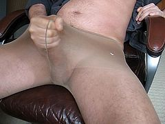 Another quick cumshot in pantyhose