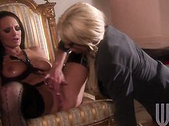 Hot tramp Tanya James makes her tongue disappear in Alektra Blues love tunnel