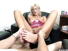 Blonde seductress Victoria White takes pop shot on her lovely face