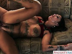 Curvy Bonnie Rotten does anal