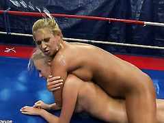 Blonde Linda Ray and Teena Dolly are lesbian love birds that do it with desire