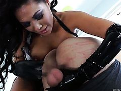 London Keyes lets man enter her enter the exit-door in anal action