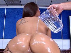 Hot slut Rachel Starr completely coated in oil for a good fuck