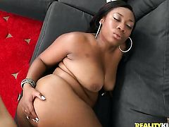 Black La Reina with juicy bottom and shaved bush gets ruthlessly drilled