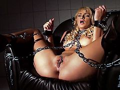 Ivana Sugar gets the pleasure from pussy fingering
