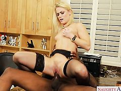 Blonde Ash Hollywood gets her love box stretched by hard dick