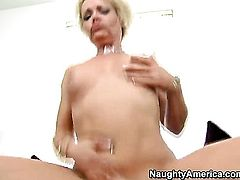 Blonde Kelly Leigh gets probed in the deadeye