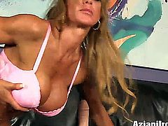 Ripped muscle babe loves the sybian so much