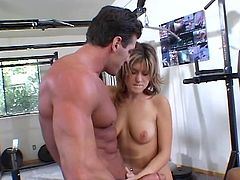 Lucky guy enjoys 2 hotties in the gym