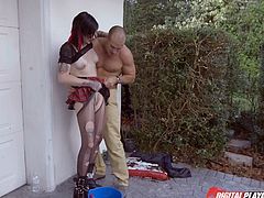 Naughty Nikki Hearts is eager to offer an inciting blowjob, outdoor, in front of the garage. The slutty brunette has a very provocative attitude and wears a kinky outfit. Watch this punk tattooed slut getting dirty!