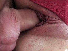 Dude fucks gorgeous closeup pussy of sensual babe Henessy