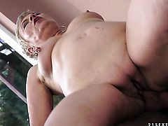 Blonde gives it to hot guy and makes him ejaculate