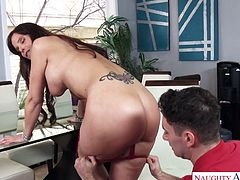 Sex-starved milf Syren De Mer seduces young delivery guy