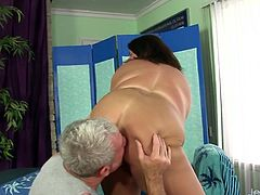 Chubby milf visits a masseur He sucks her tits and kiss her ass She lyes naked on the massaging table He teases her pussy with fingers and then uses sex toys on it to give her an intense orgasm