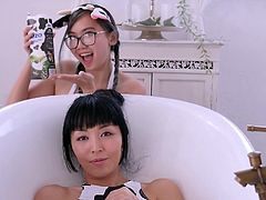 Marica Hase and Harriet Sugarcookie Glamour in Bathtub