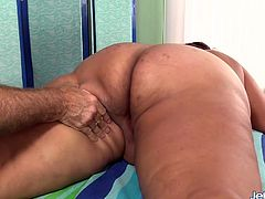 Sexy BBW visits a masseur He kisses her ass and massages her back Then teases her pussy with fingers and sex toys and gives her intense orgasms