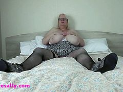 Mature slut with legs wide open to play
