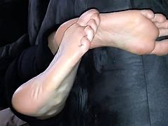 BARE FOOT & Amateur smelly soles Brunette 006